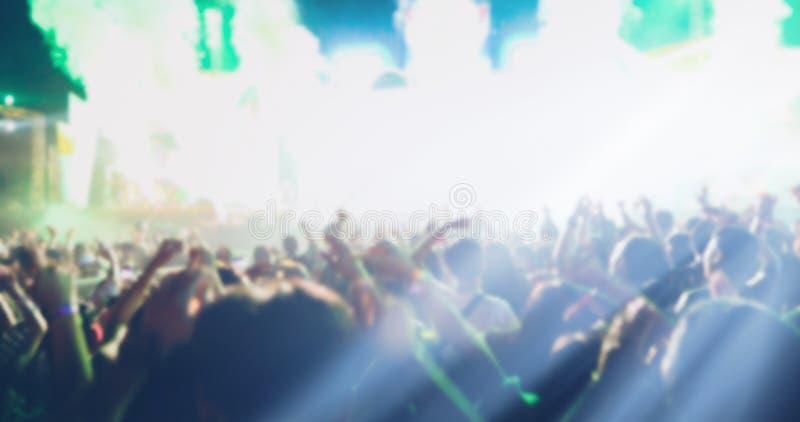 Obscuro das silhuetas da multidão do concerto na ideia traseira do festival foto de stock royalty free