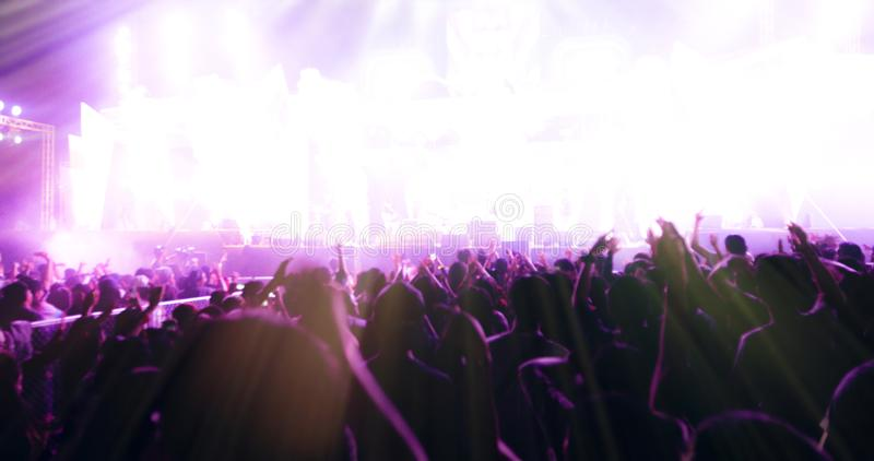 Obscuro das silhuetas da multidão do concerto na ideia traseira do festival imagens de stock
