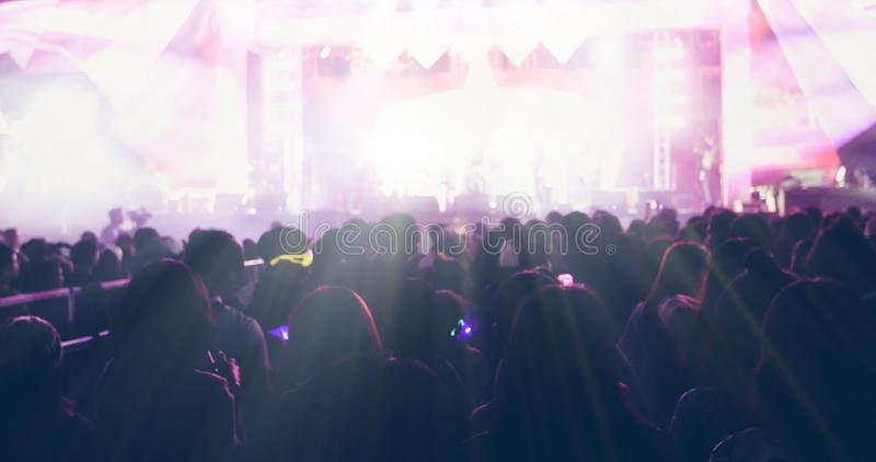 Obscuro das silhuetas da multidão do concerto na ideia traseira do festival imagem de stock royalty free