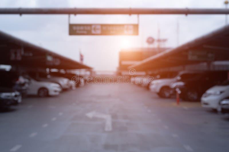 Obscuro de parques de estacionamento exteriores do carro no armazém com oran imagens de stock royalty free