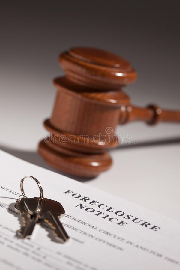 Observação da execução duma hipoteca, Gavel e chaves da casa foto de stock royalty free