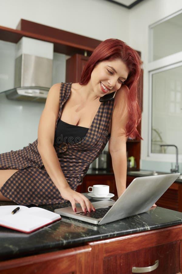 Observação da jovem mulher webinar foto de stock