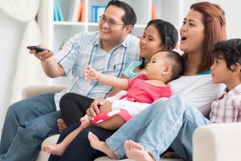 Observação da tevê da família foto de stock