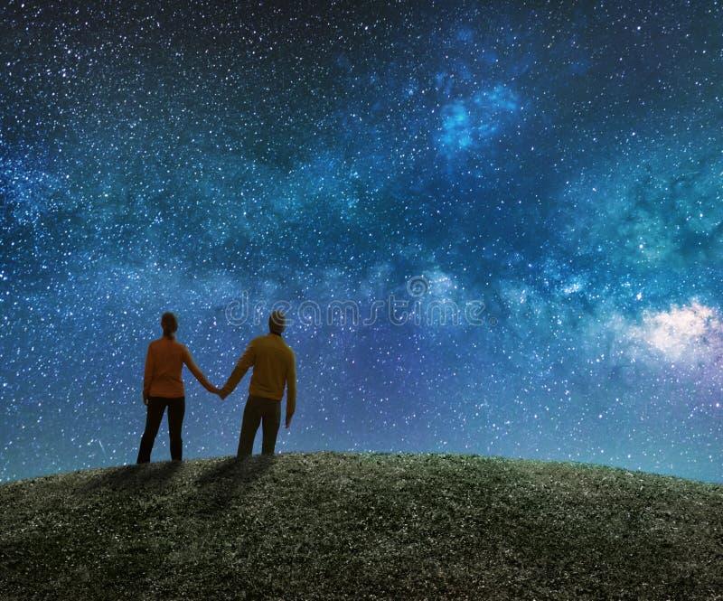 A observação dos pares protagoniza no céu noturno imagem de stock royalty free