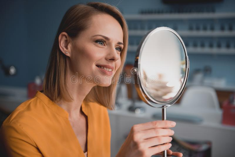 Observação fêmea que parte na reflexão foto de stock