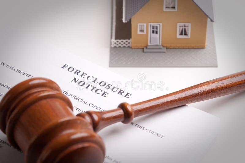 Observação, Gavel e HOME da execução duma hipoteca fotos de stock