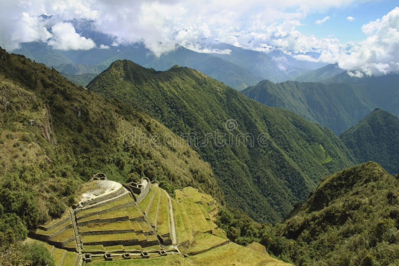 Observação sobre ruínas do inca do phuyupatamarca imagem de stock
