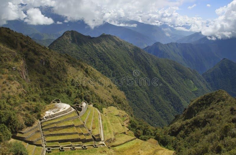 Observação sobre ruínas do inca do phuyupatamarca durante a fuga do inca fotografia de stock