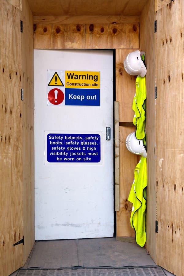 Observações da segurança da entrada do canteiro de obras
