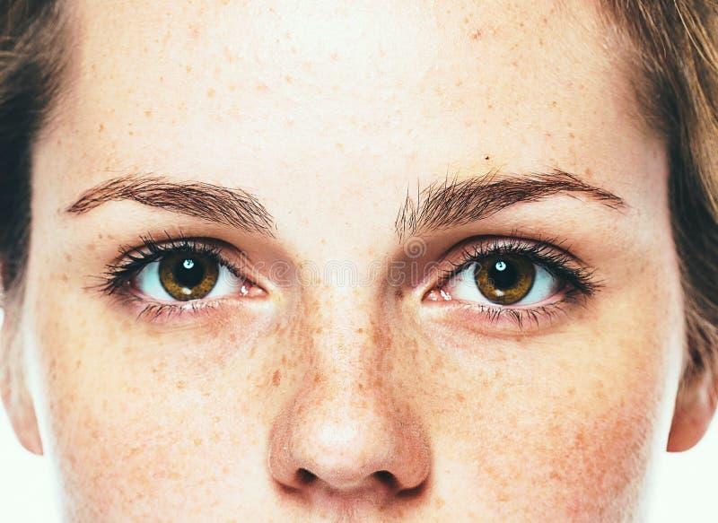 Observa el retrato hermoso joven feliz del estudio de la peca de la mujer con la piel sana imagenes de archivo