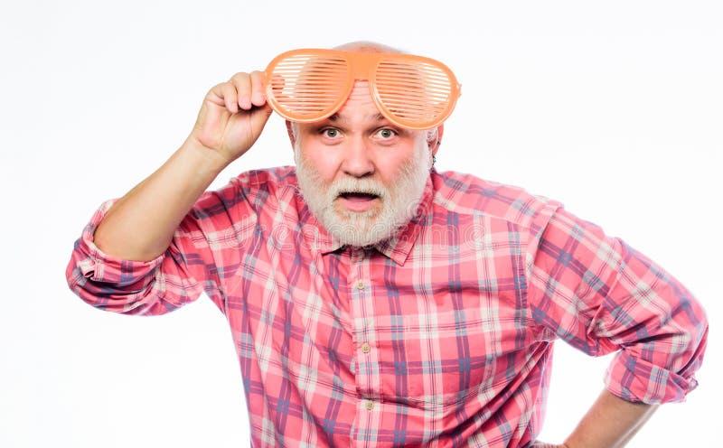 Observa salud Tienda de la ?ptica Concepto emocional despreocupado del pensionista Inconformista barbudo mayor del hombre llevar  foto de archivo libre de regalías