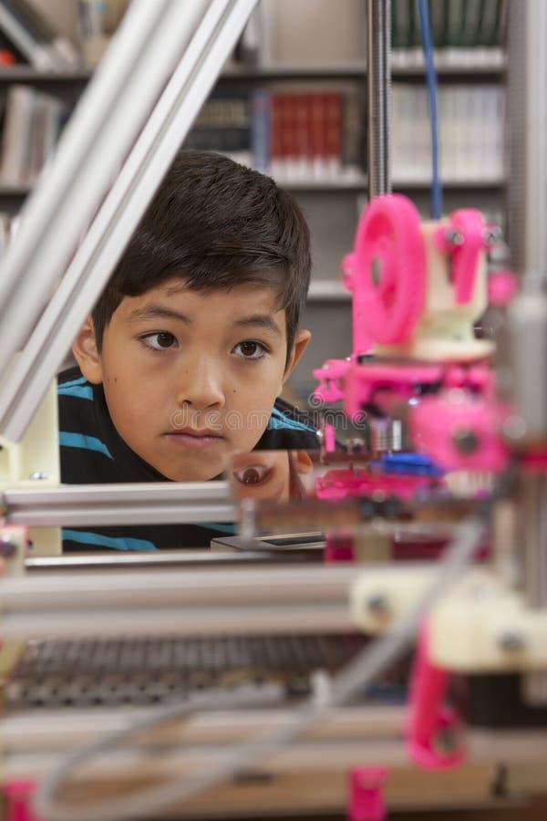 Observación de la impresora 3D foto de archivo libre de regalías