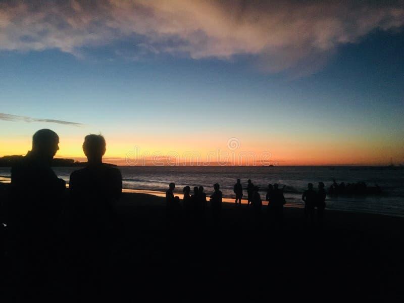Observación de la puesta del sol en tamarindo, Costa Rica imagenes de archivo