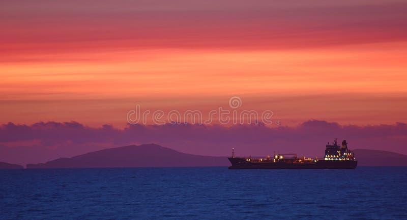Observación de las naves y de la puesta del sol sobre el asilo amplio de Océano Atlántico, País de Gales, agosto de 2017 BRITÁNIC imagenes de archivo