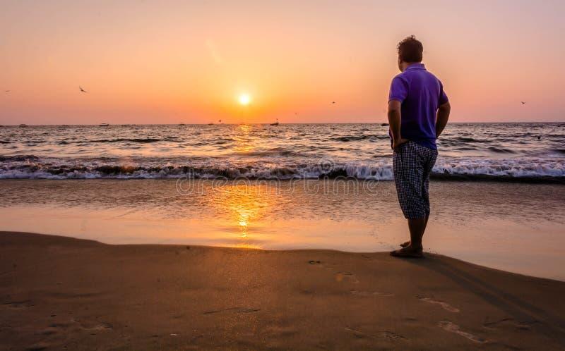 Observación de puesta del sol en la playa del kolava en goa fotografía de archivo