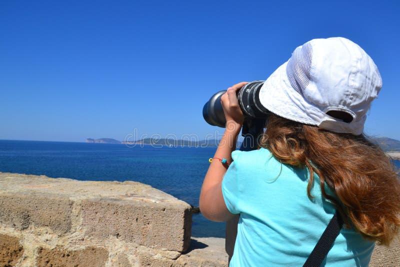 Observación del panorama con los prismáticos foto de archivo libre de regalías