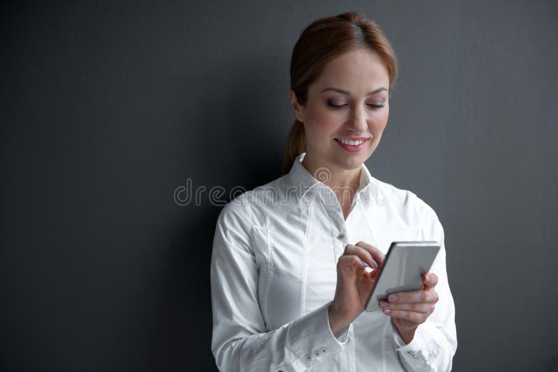 Observación femenina alegre en móvil imagen de archivo