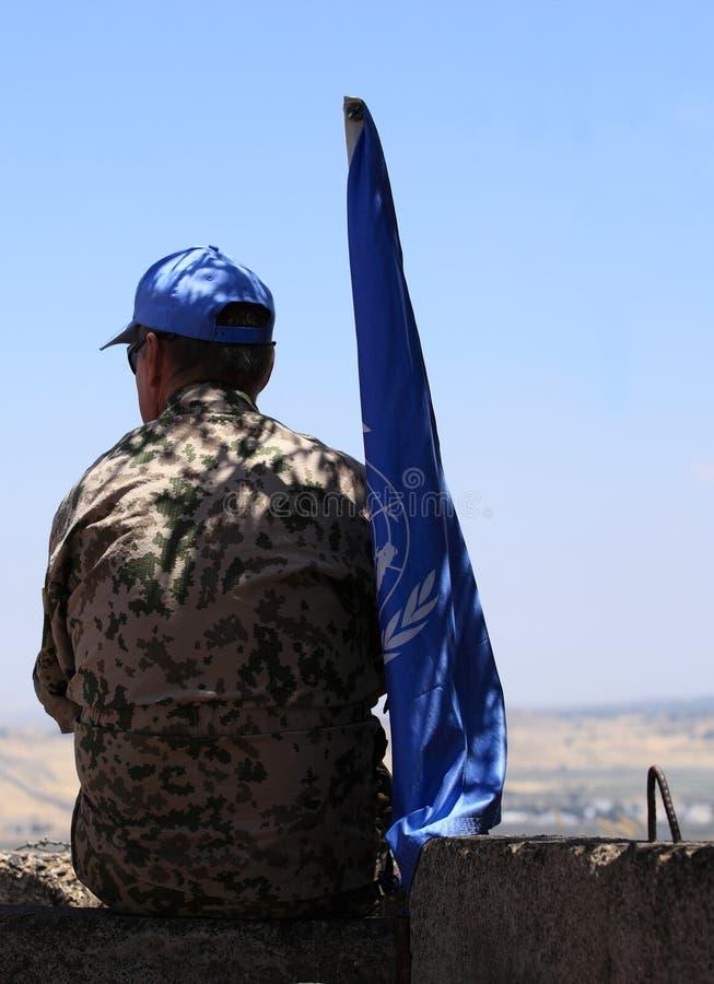 Observador de la O.N.U con la bandera en Golan Heights imagen de archivo