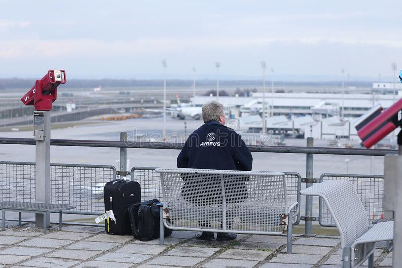 Observadores planos que olham planos aterrar no aeroporto MUC de Munich imagens de stock