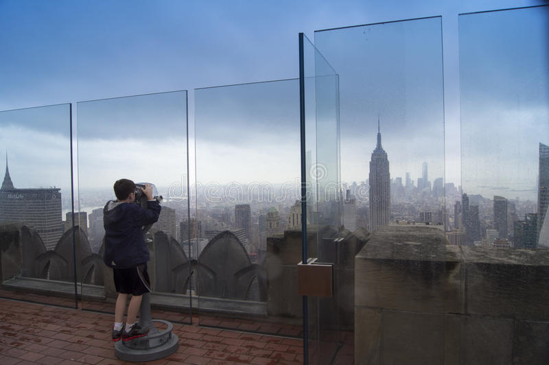 Observando a skyline de New York foto de stock