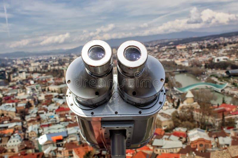 Observatie dek en het bekijken verrekijkersclose-up die de stad van Tbilisi overzien royalty-vrije stock afbeelding