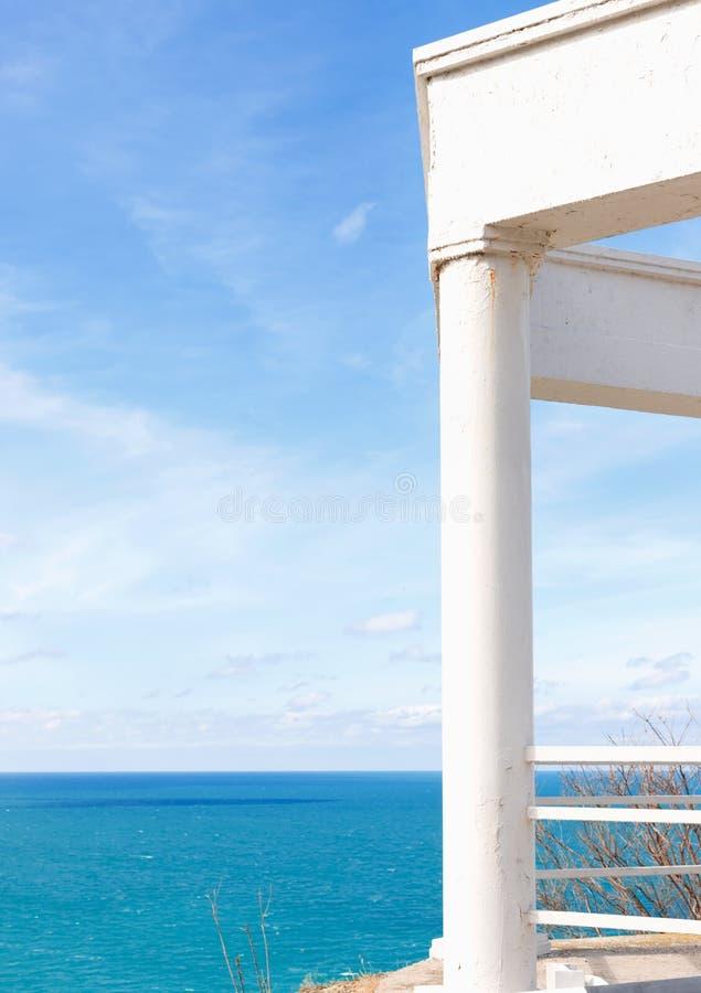 Observatiedek met witte colonnade op de kust royalty-vrije stock foto