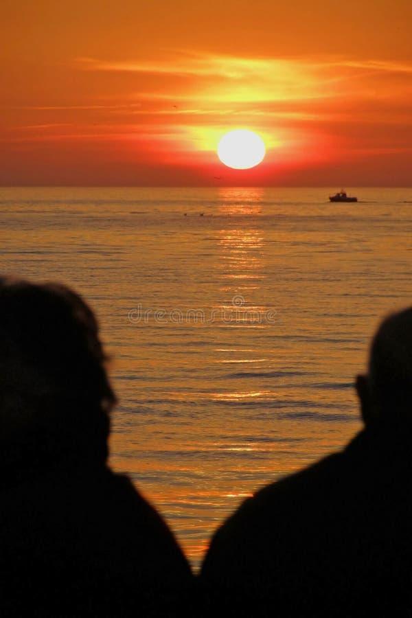 observation aînée de coucher du soleil de couples photos libres de droits