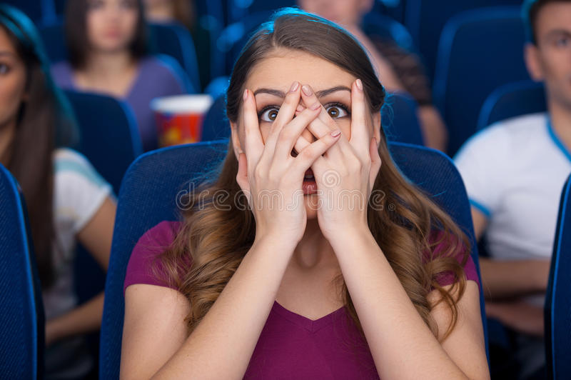 Observation d'un film effrayant. images libres de droits