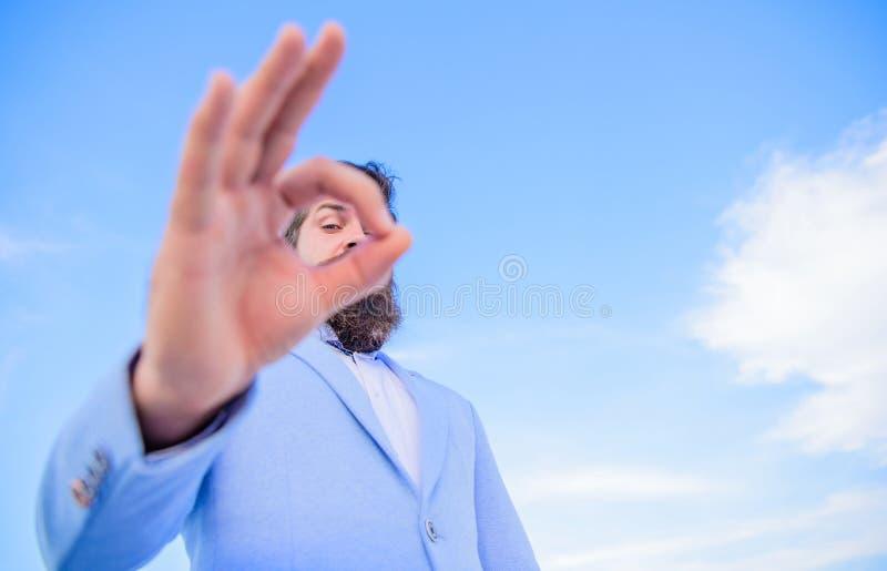 Observation de espionnage et observer Excellent concept Costume formel d'homme d'affaires barbu d'homme observant par des doigts  photo libre de droits