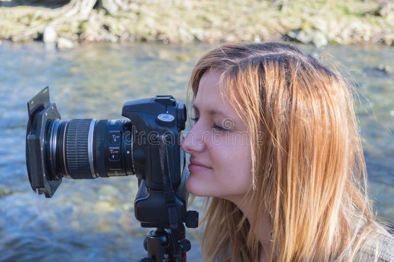 Observation de jeune femme images libres de droits