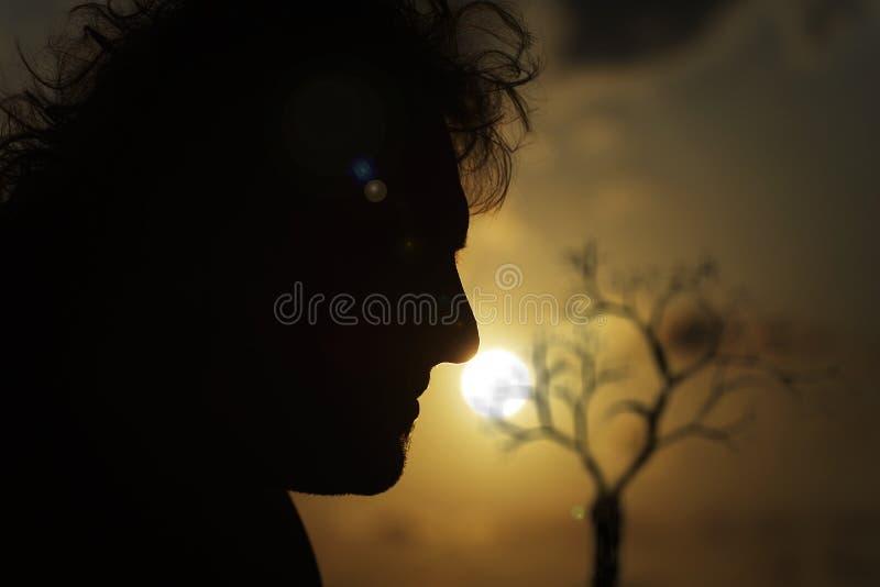 Observation du coucher du soleil. photo libre de droits