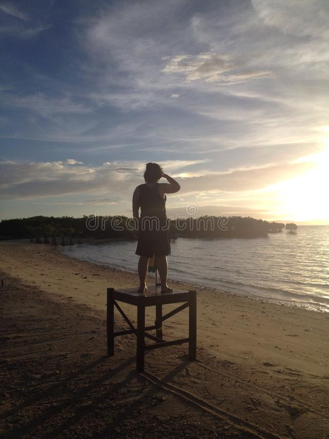 Observation du lever de soleil de l'été image stock
