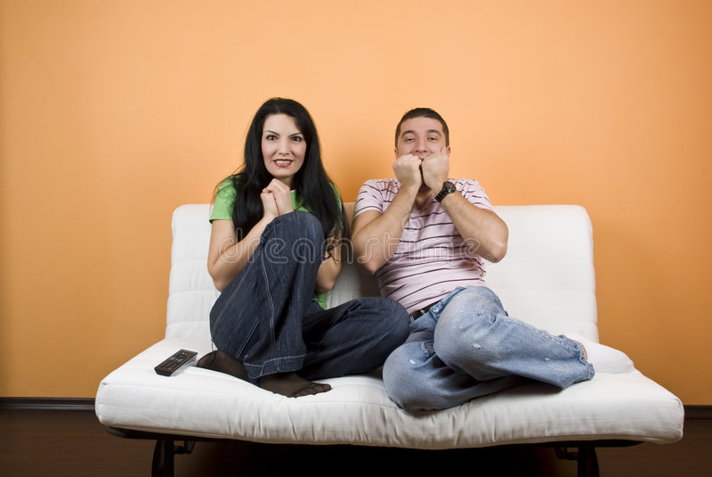 observation effrayante du film TV de couples photographie stock libre de droits
