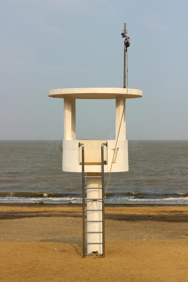 Observationen står hög på stranden royaltyfria bilder