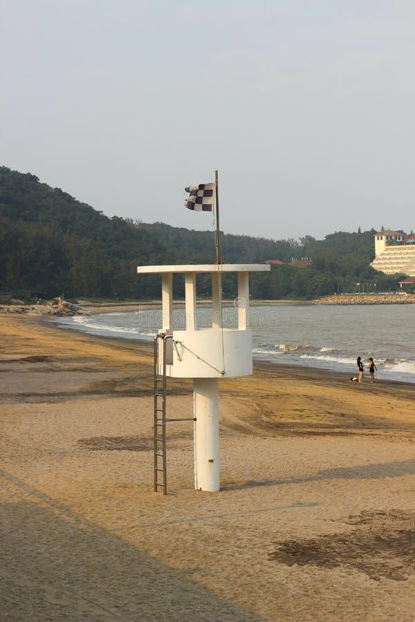 Observationen står hög på stranden arkivfoto