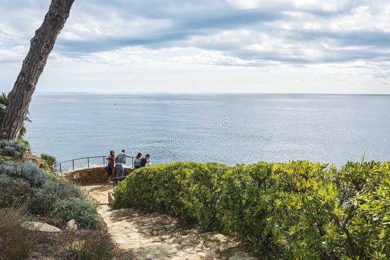 Observationsdäck i botaniska trädgården av Blanes Spanien royaltyfri fotografi