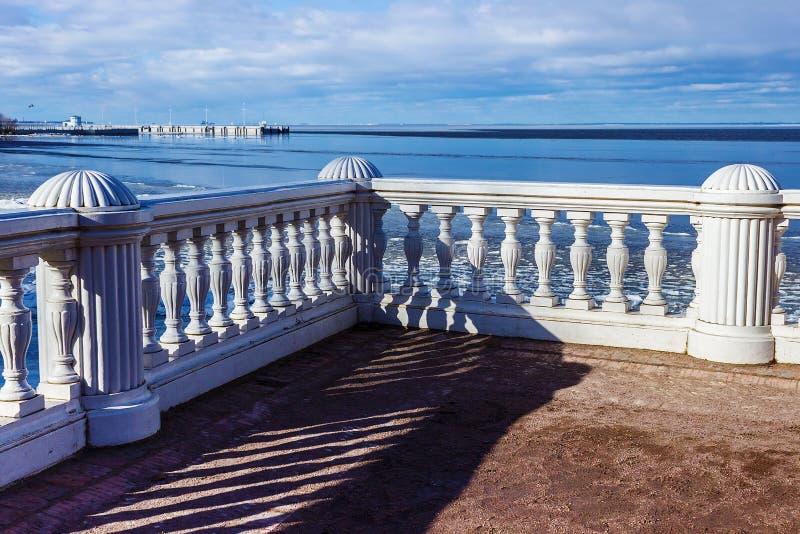 Observationsdäck Veiw av det baltiska havet från slotten och medeltalen royaltyfri bild