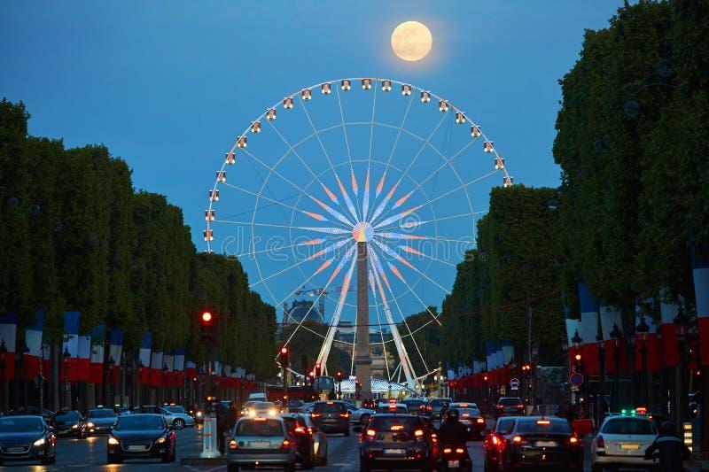 Observationshjul på den Champs-Elysees gatan med fullmånen i Paris, Frankrike royaltyfri fotografi
