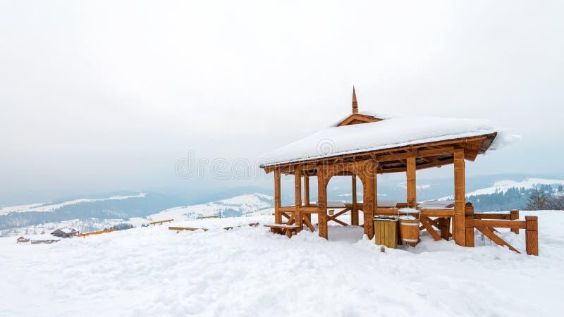 observationspunkt i bergen Polen - en traditionell trägazebo som täckas med insnöad vinter arkivbild