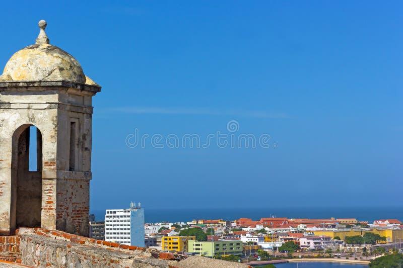 Observationstorn av San Felipe de Barajas Castle med en sikt på den historiska Cartagena staden i Colombia arkivfoto
