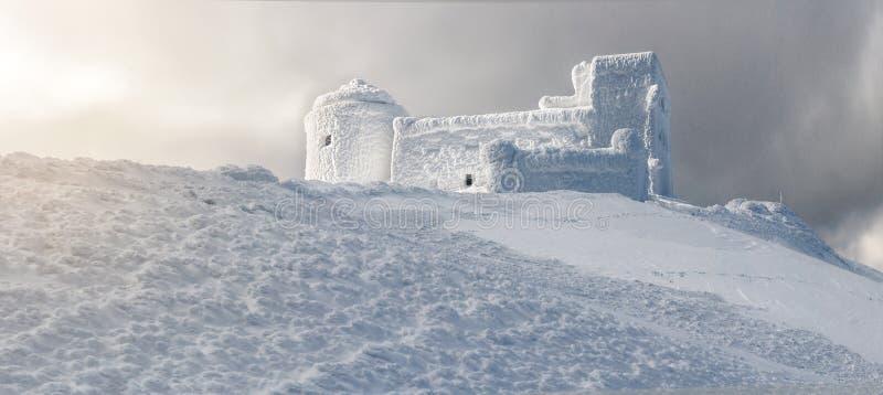 observatoire abandonné couvert de neige photographie stock