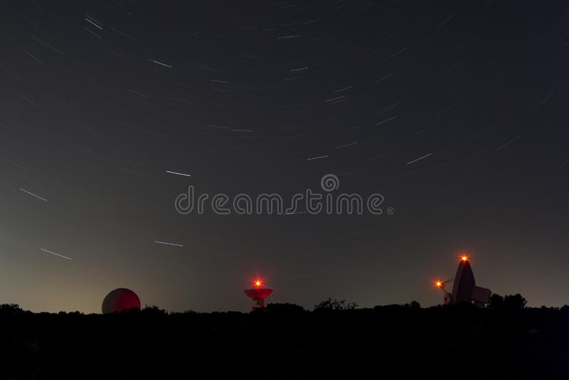 Observatoire astronomique avec des étoiles de traînée dans une nuit image libre de droits