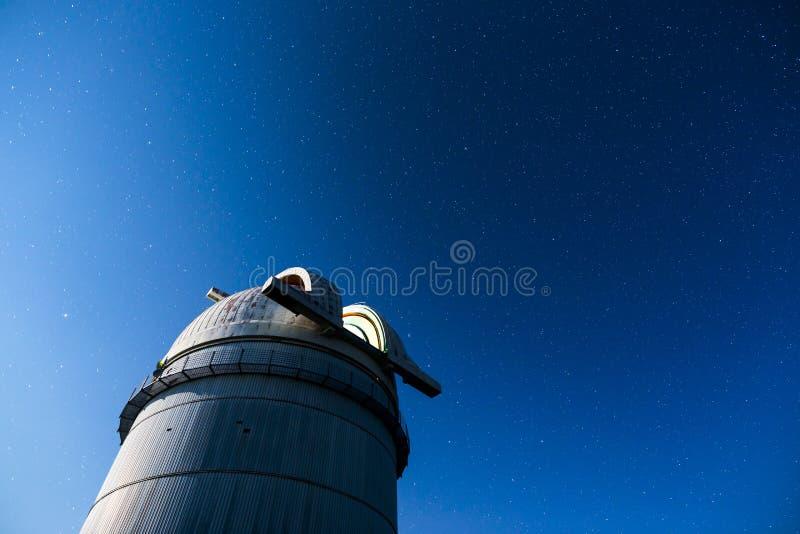 Observatoire astronomique sous les étoiles de ciel nocturne image libre de droits