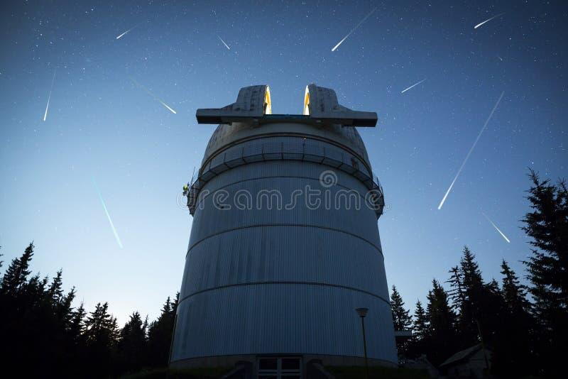 Observatoire astronomique sous les étoiles de ciel nocturne photos stock