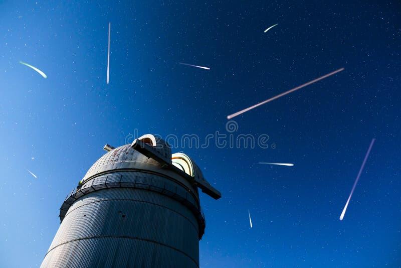 Observatoire astronomique sous les étoiles de ciel nocturne image stock