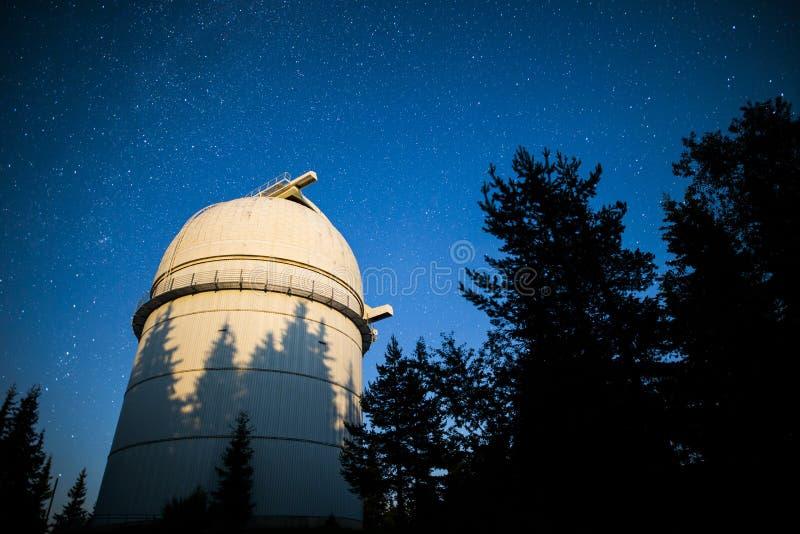 Observatoire astronomique sous les étoiles de ciel nocturne vignette photographie stock