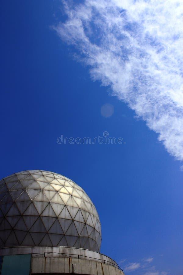 Observatoire et les nuages spectaculaires image stock
