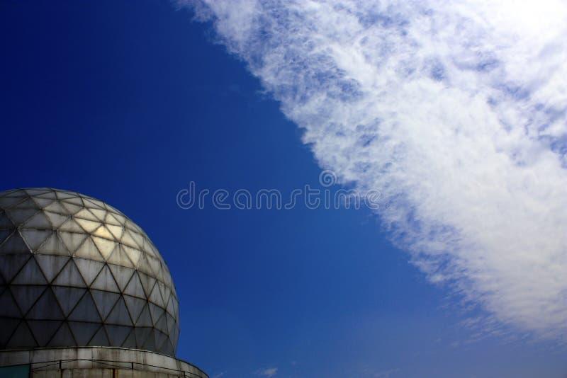 Observatoire et nuages images stock
