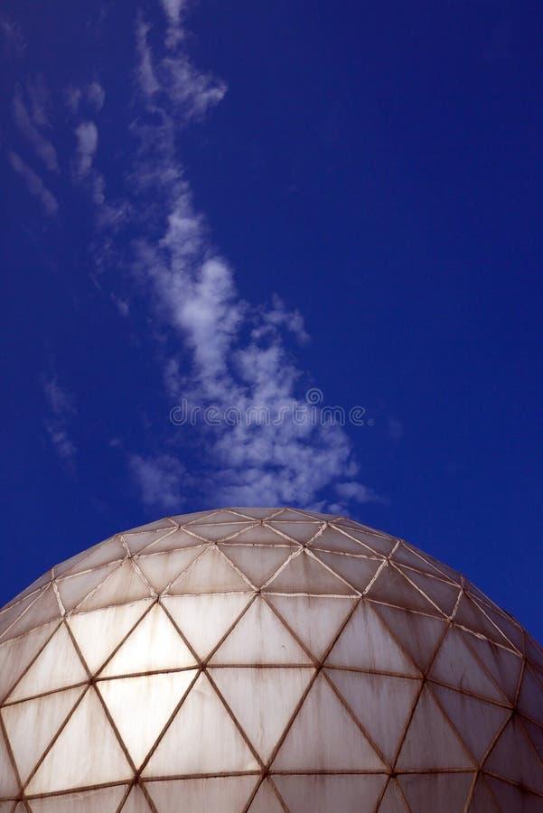 Observatoire et nuages photos stock