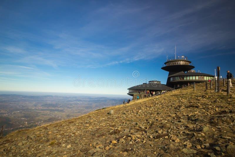 Observatoire météorologique sur le dessus de la montagne de Sniezka photos stock